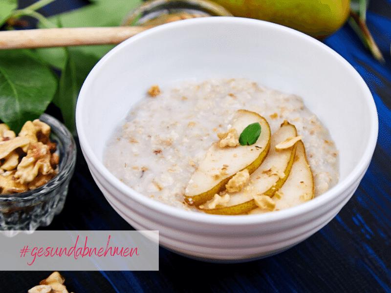 Gesund frühstücken mit veganem Porridge und Birne - zum Abnehmen